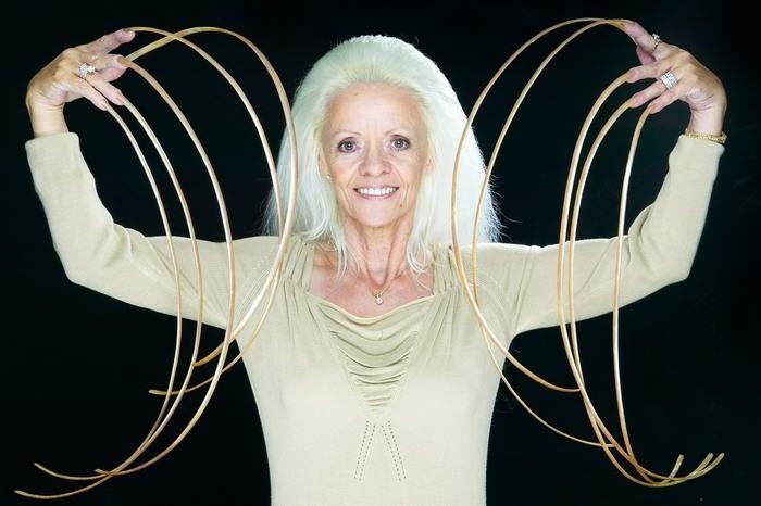 Ногти на руках рекордной длины в 8,65 метра принадлежат жительнице США Ли Редмонд, которая растила их, начиная с 1979 года.