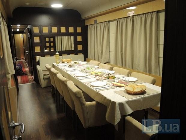 Наступне приміщення – це зала засідань, яку в новорічну ніч ми використовували для святкування. Тут є крісла та невеличкий диванчик. Посередині - стіл. Навпроти дивана в стіну вмонтовано телевізор з відеоплеєром.<br /> <br /> Залу прикрашали ми власноруч безпосередньо перед відправленням.