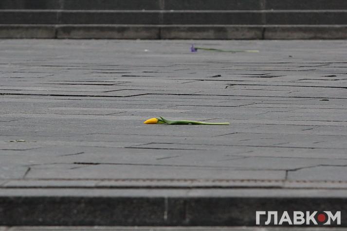 Прощання з загиблими під Авдіївкою. Майдан у квітах і сльозах (Фоторепортаж)