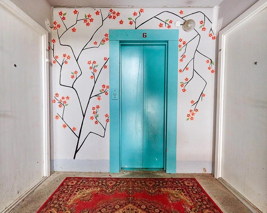 раскрасить дверь в подъезд фото театр это