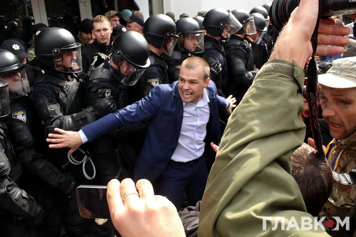 Олександр Фацевич стримує поліцейських