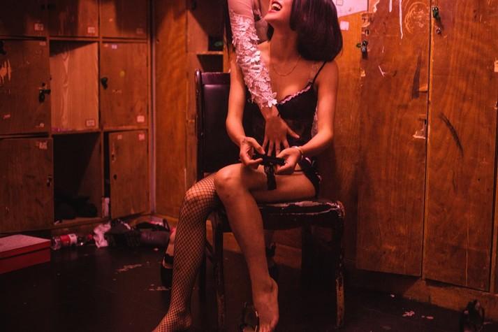 Разврат в ночных клубах россии видео, мода прозрачные трусики фото