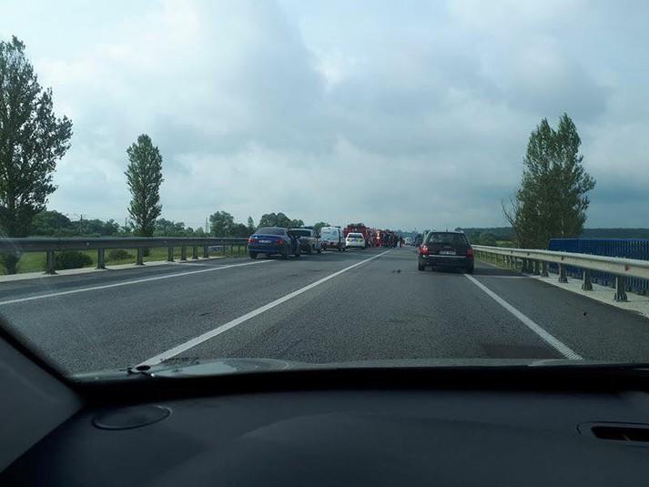 На Львівщині перекинулась військова вантажівка: на дорогу вилилась невідома речовина