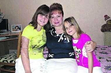 Настенька, ее младшая сестра и крестная мама.
