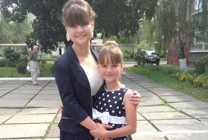 Настя Овчар со своей сестрой