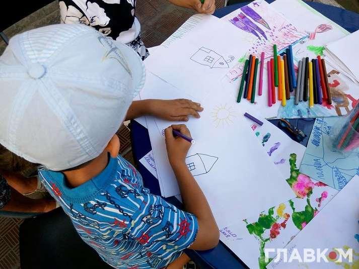 У Києві на Позняках відбувається акція «Дитячий малюнок для бійців АТО»