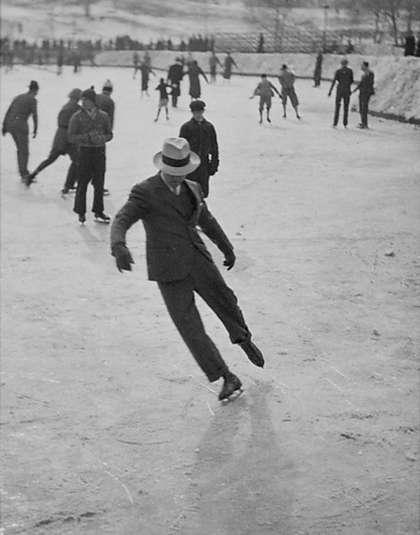 Мужчина катается на коньках в костюме, 1937 год