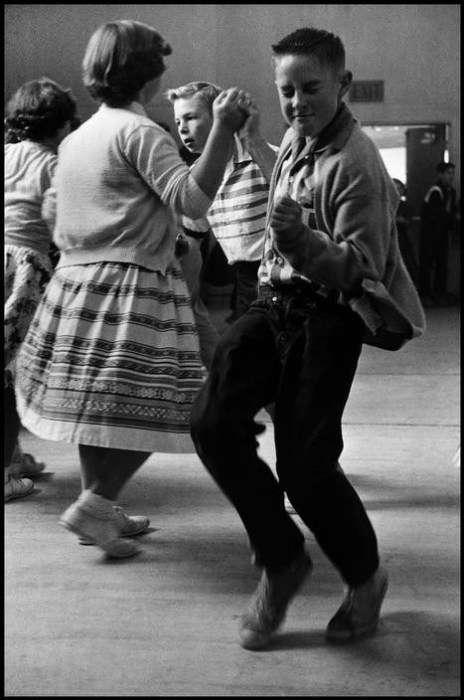 Мальчик устраивает настоящее представление во время танца со своей подругой, 1950 год <br />