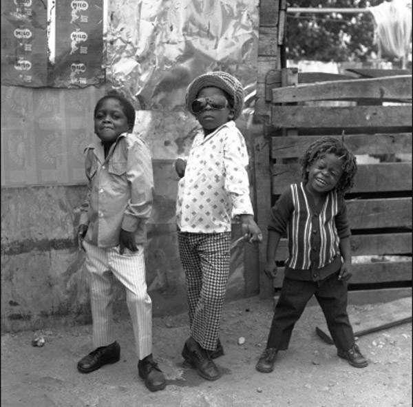 Ямайские мальчишки в новых одеждах позируют для снимка прямо на улице <br />