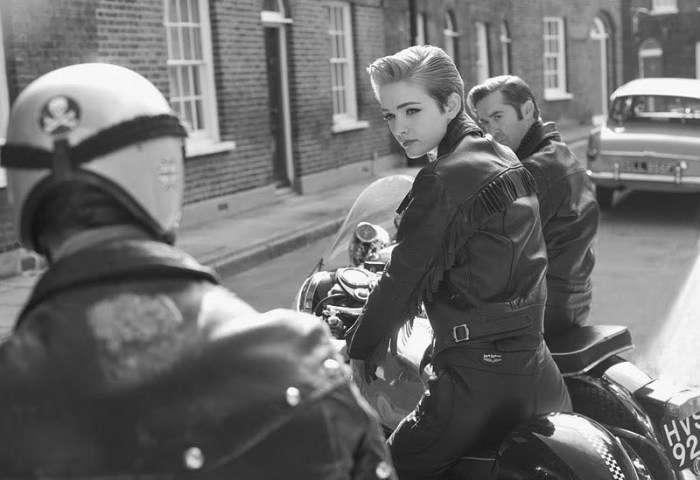 Британская девушка-рокер в черной кожаной куртке