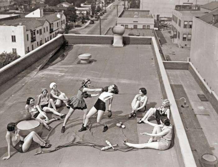 Боксирующие в купальных костюмах женщины на крыше дома, 1933 год <br />