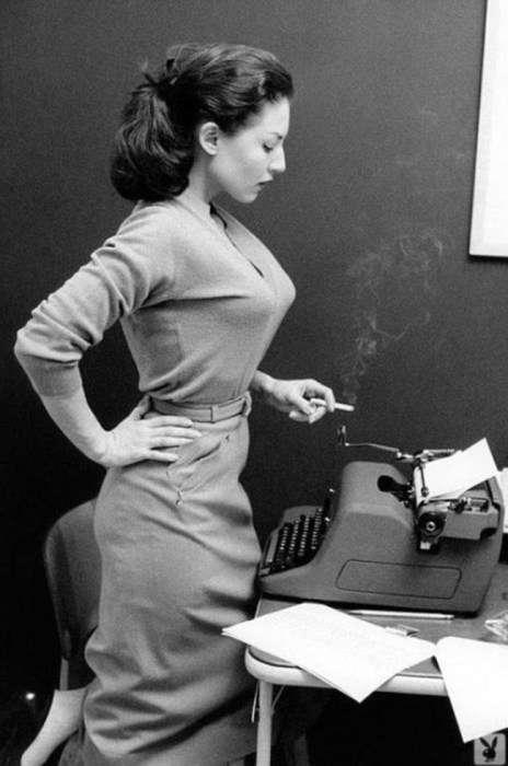 Стильная секретарша с сигаретой<br /> <br />