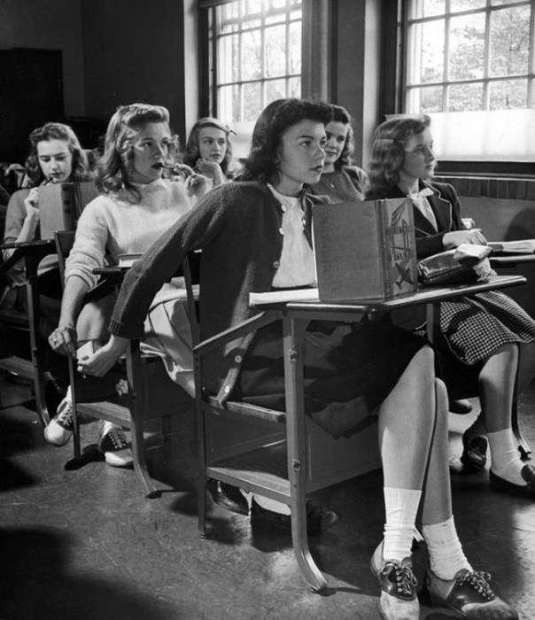 Школьницы в форменных туфлях с белыми носками, 1944 год<br /> <br /> <br />