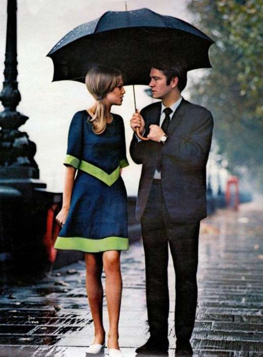Оригинальная пара, прогуливающаяся под дождем в Лондоне, 1963 год