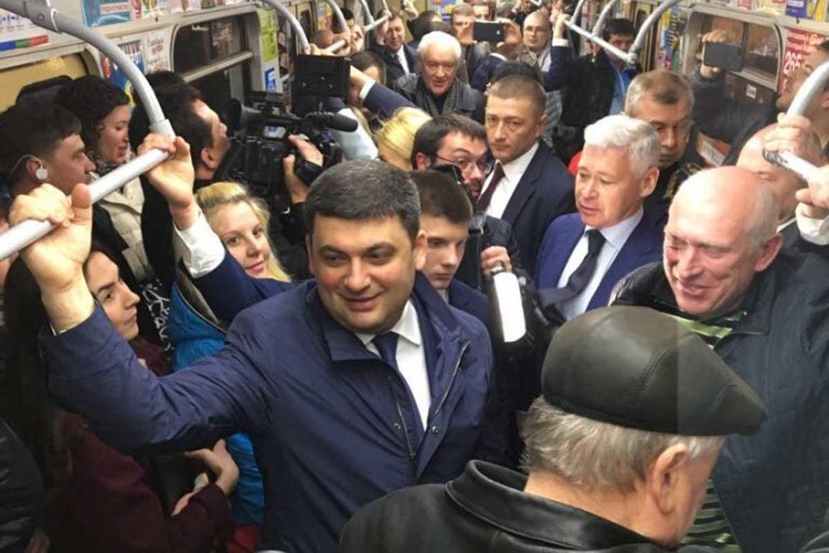 А це вже Володимир Грйосман разом з соратниками у Харкові спустився під землю.