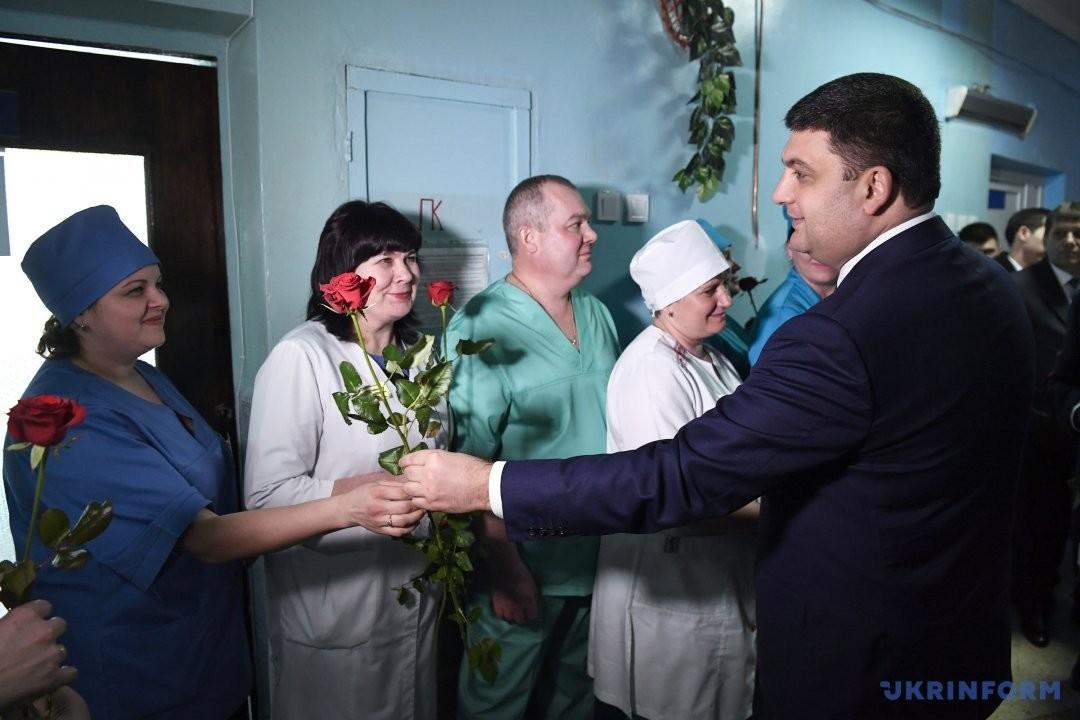А це вже Володимир Гройсман під час чергової зустрічі з черговим трудовим колективом дарує квіти представницям прекрасної статі.