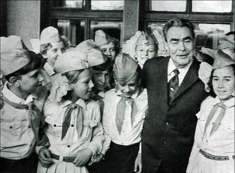 Леонід Брежнєв в теплій компанії радянських піонерів.