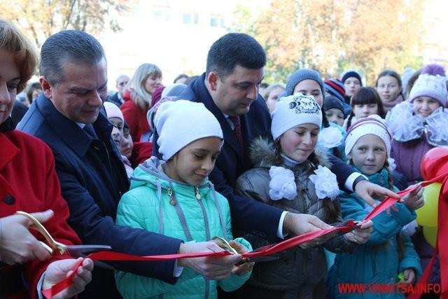 А це вже Володимир Гройсман з українськими дітлахами.