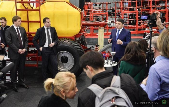 Як і Леонід Ілліч, Володимир Борисович полюбляє відвідувати виставки сільськогосподарської техніки