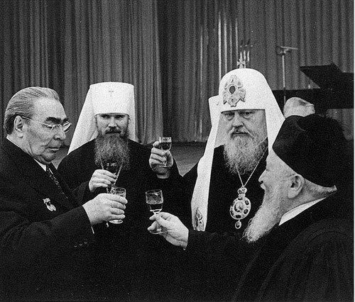 Брежнєв на зустрічі з духовенством. Зліва направо: керуючий справами Московської патріархії митрополит Алексій (майбутній патріарх), Патріарх Пімен, головний рабин Московської синагоги Яків Фішман