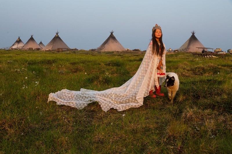 Занавеска и картонная корона делают 8-летнюю Кристину Худи первой красавицей тундры в ненецком стойбище около Карского моря.