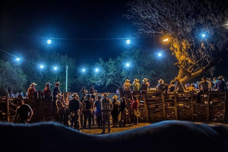 Сотни людей собрались на праздничный парад ковбоев, который продолжается несколько дней.