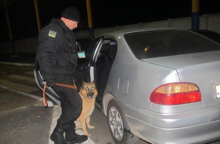 Житель Молдови хотів вивезти марихуану в обгортках від цукерок