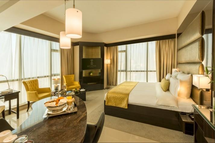 У столиці ОАЕ Дубаї відкрили найвищий у світі розкішний готель-хмарочос. Фотогалерея