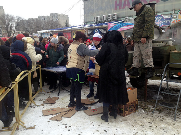 В окупованому Луганську на Масляну за безкоштовною кашею стояли сотні людей