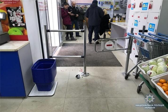 На Подолі у магазині сталася стрілянина: поранено жінку