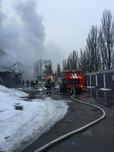У Києві горять склади: рятувальники витягли з-під вогню 10 газових балонів