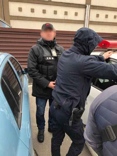 На хабарі затримали столичного патрульного (фото)