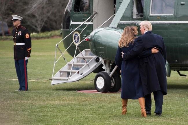 Мелания Трамп в стильном пальто и дорогих сапогах пообнималась с мужем