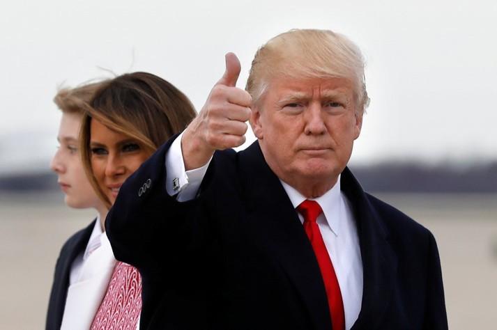Меланія Трамп в елегантній сукні відвідала великодню службу у Флориді. Фотогалерея
