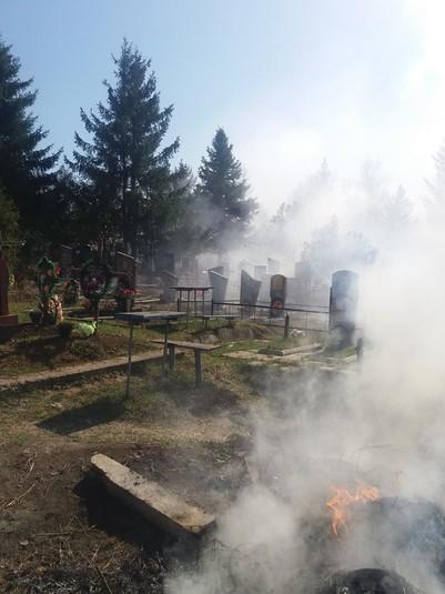 Моторошні фото з пекла наяву: у Полтаві горіли могили