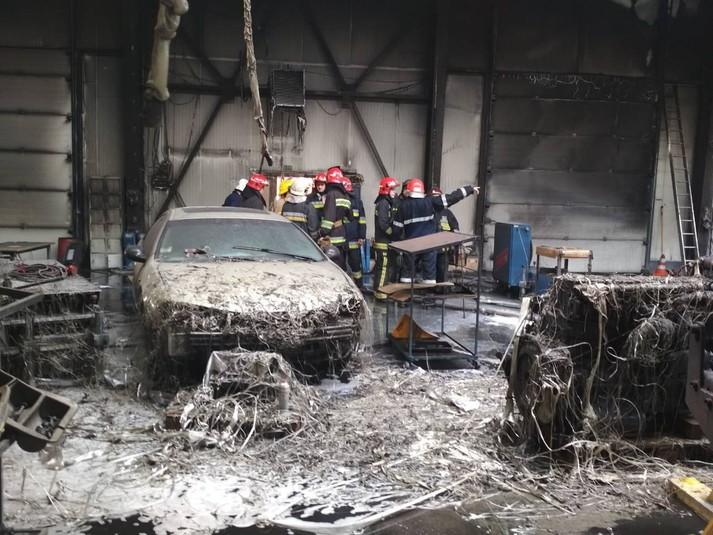 Масштабна пожежа на СТО на Львівщині: згоріли автобус та авто