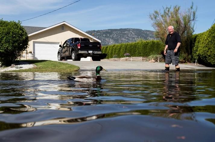 Тисячі людей евакуйовані зі своїх будинків в Британській Колумбії через сильну повінь