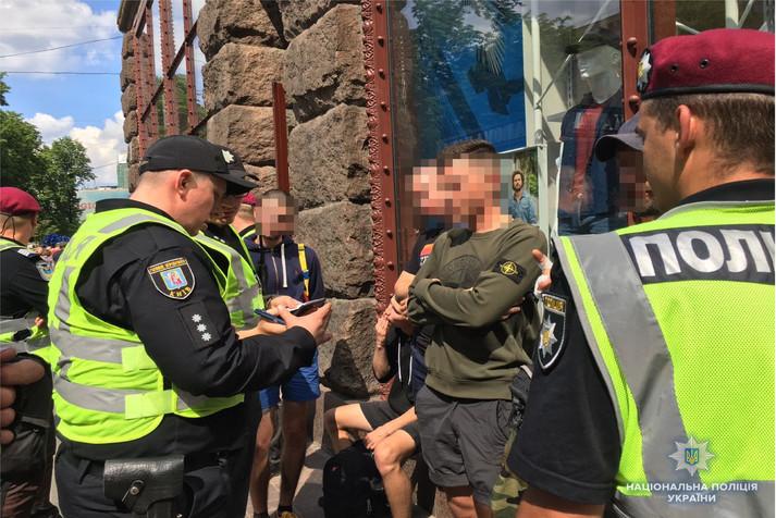 У центрі Києва затримано молодиків із піротехнікою та масками (фото)