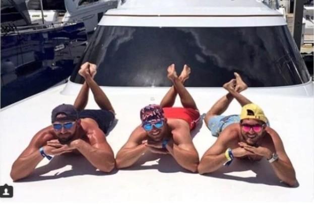 Парни смешно пародируют гламурные девичьи фото из соцсетей
