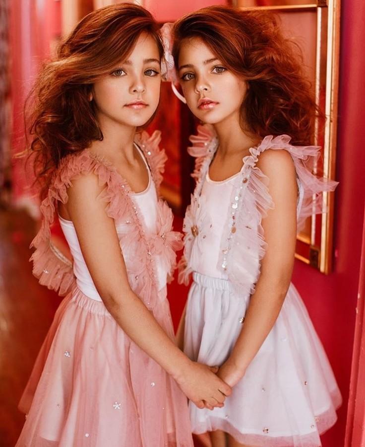 Красивые две девочки