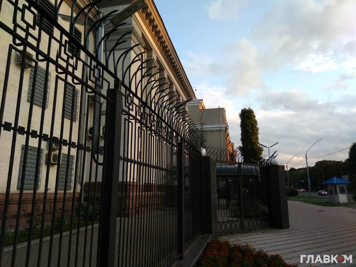Вже не бояться. Посольство Росії у Києві прибрало колючий дріт з паркану (фото)