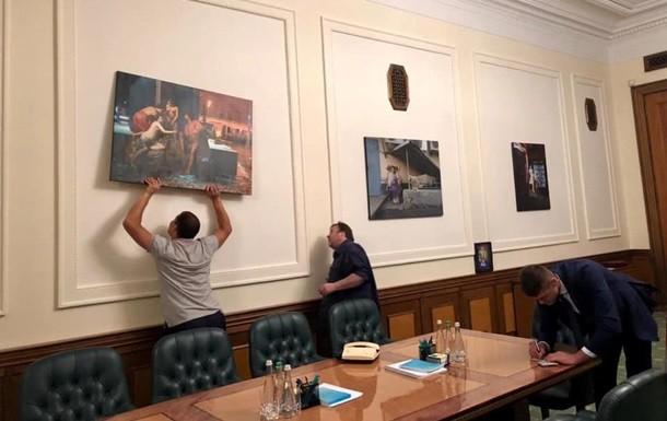 Офіс президента причепурили новими картинами: з шаурмою та пінгвінами-депутатами (фото)