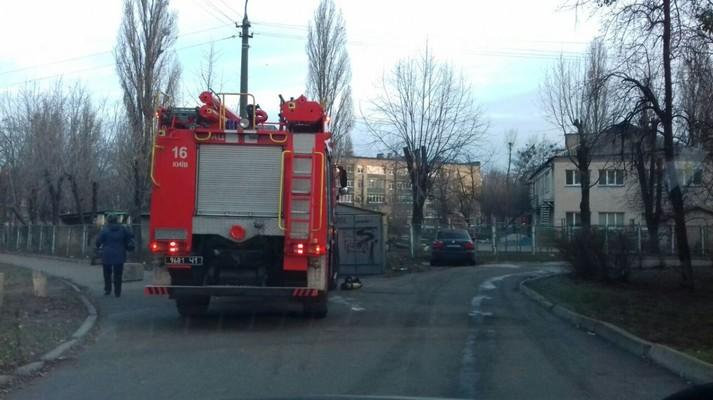 Вранці у Києві горів дитячий садок: загинув охоронець (фото)