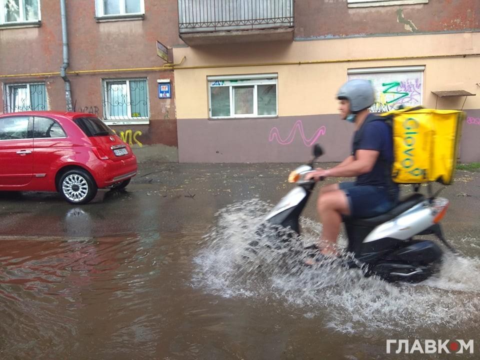 Летняя гроза в Киеве затопила улицы и превратила их в реки (ВИДЕО)