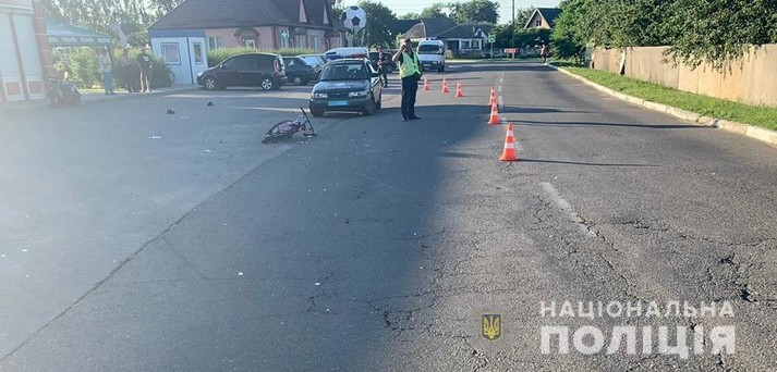 На Київщині п'яний водій на узбіччі збив дітей на велосипеді (фото)