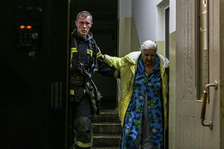 Трагічна пожежа у столичній висотці: одна людина загинула, 20 – евакуйовані (фото)