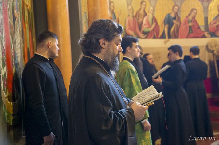 Сотні людей без масок. Московська церква похизувалась коронавірусним молебнем (фото)