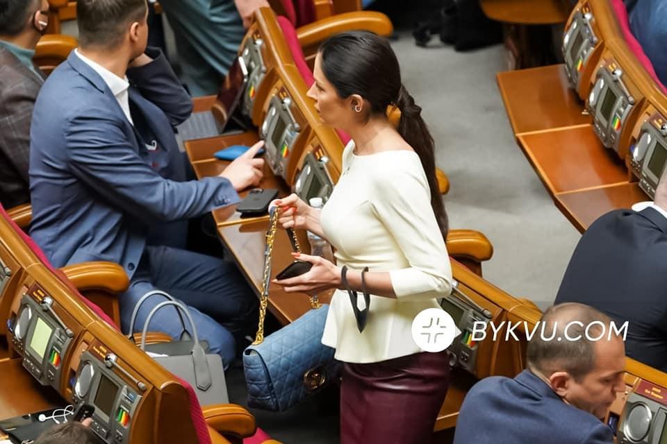 Зе-депутатка засвітила сумку за 130 тис. Два роки тому вона отримувала соцдопомогу ФОТО