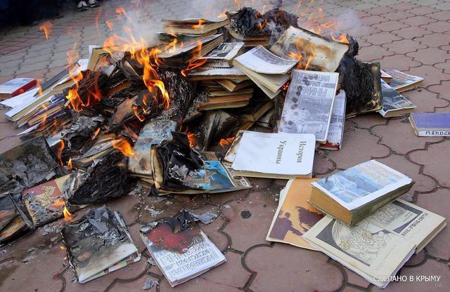 Русские нацисты в Крыму сожгли книги об истории Украины