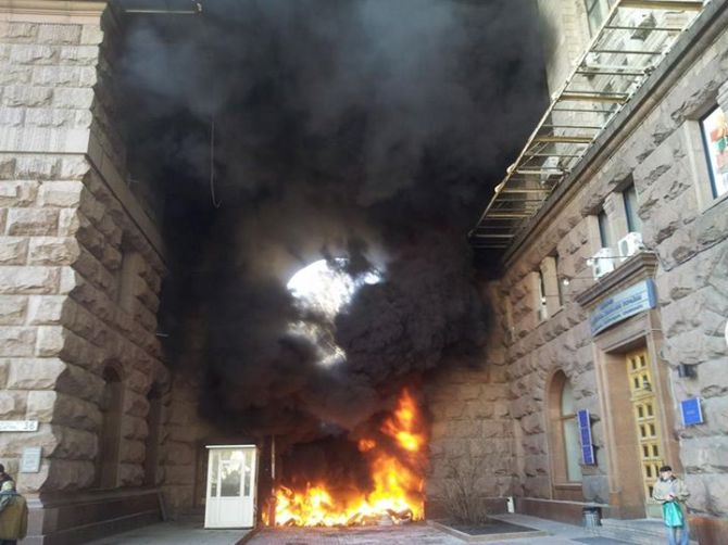 Горят ворота во двор киевской мэрии (ФОТО)